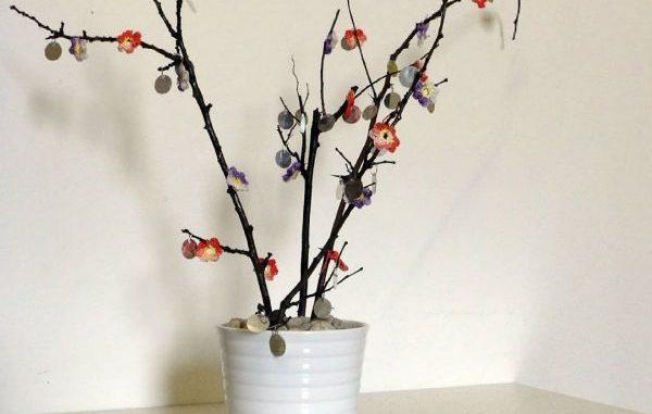 Aus trockenen Baum ästen Blumen basteln