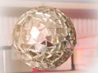 Mit Hilfe von CDs eine Discokugel herstellen